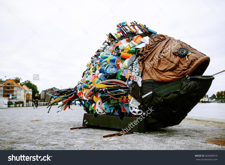 stock-photo-trash-fish-monument-405099973 (1)